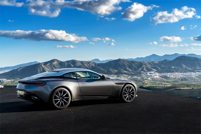 Een aantal nieuwe Aston Martins in de schijnwerper